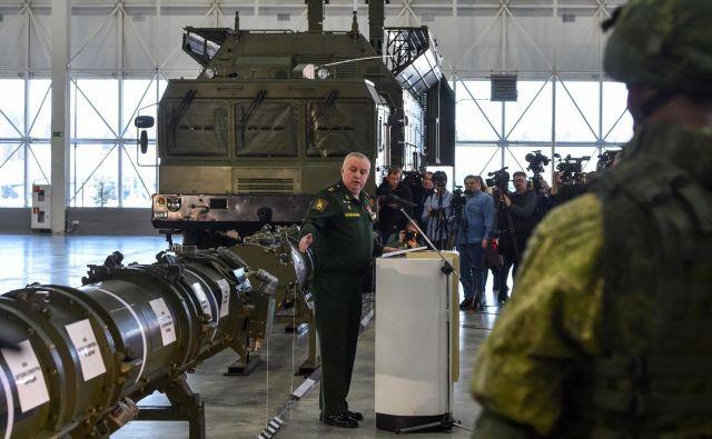 Predstavniki ruskega obrambnega ministrstva razkazujejo javnosti nov izstrelek 9M729. ZDA vztrajajo, da Rusija z razvojem izstrelka krši prelomen dvostranski sporazum INF iz leta 1987. FOTO: AFP