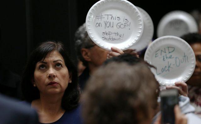 Ameriški delavci, ki bodo danes zaradi zaustavitve dela zvezne vlade ostali brez drugega dela plač, so 33. dan zastoja molče protestirali 33 minut. Foto Reuters