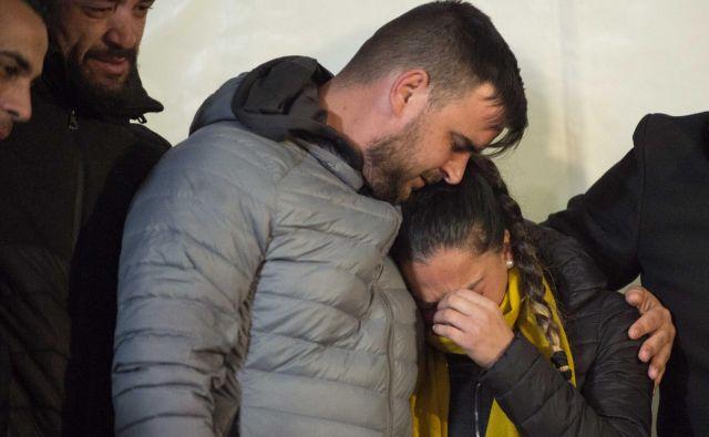 Starša dveletnega Julena Rosella nestrpno in skrušeno pričakujeta novice iz podtalja. FOTO: AFP