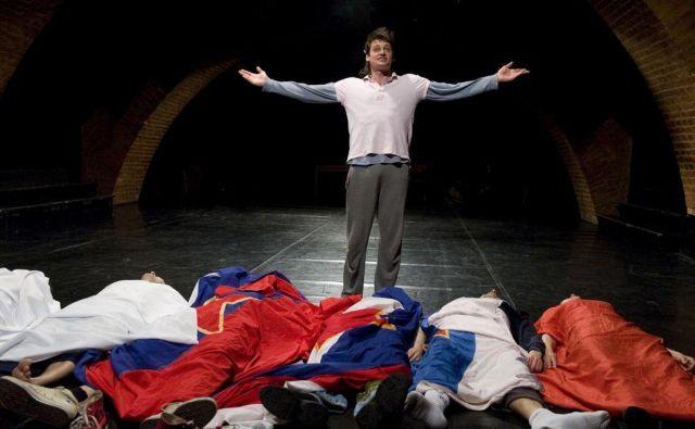 Predstava Oliverja Frljića Preklet naj bo izdajalec svoje domovine!, ki je nastala v produkciji Mladinskega gledališča. Foto Žiga Koritnik Foto