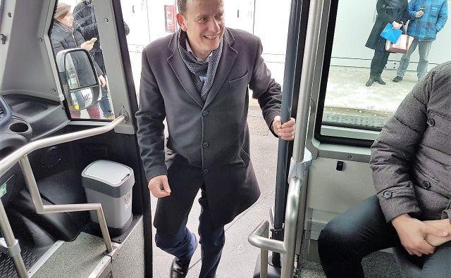 Celjski župan Bojan Šrot vstopa na novi mestni avtobus. FOTO: MOC/Edo Einspieler