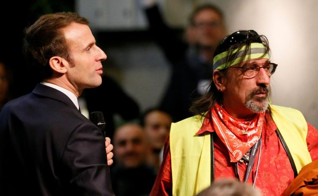 Predsedniku Macronu, ki se je ta teden s predstavniki rumenih jopičev udeležil razprave v kraju Bourg-de-Peage, prvič po aprilu narašča javnomnenjska podpora. FOTO: Reuters
