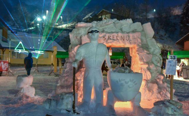 Člani ekipe Študentska brigada so iz snega oblikovali vhod v rudnik, rudarja in rudarski voziček. FOTO: Boris Keber