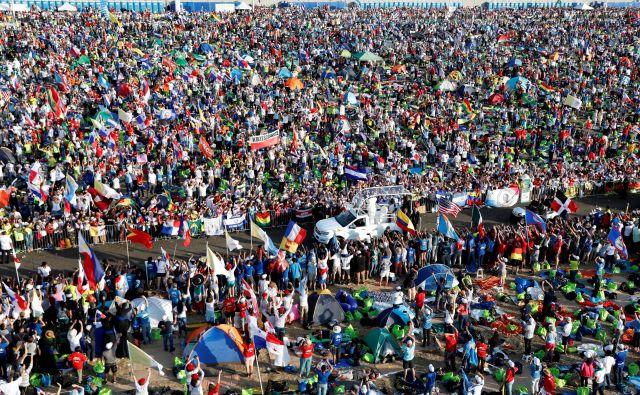 Papež Frančišek je danes popoldne po našem času ob zaključku svetovnega srečanja mladih v Panami maševal pred velikansko množico vernikov iz vsega sveta. FOTO: Reuters/Henry Romero