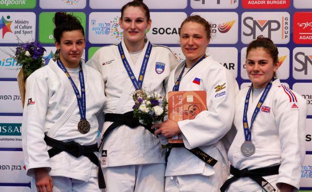 Klara Apotekar (na fotografiji druga z leve) si je z zlato lovoriko na veliki nagradi v Tel Avivu izbojevala svoj doslej največji uspeh v članski konkurenci. FOTO: AFP