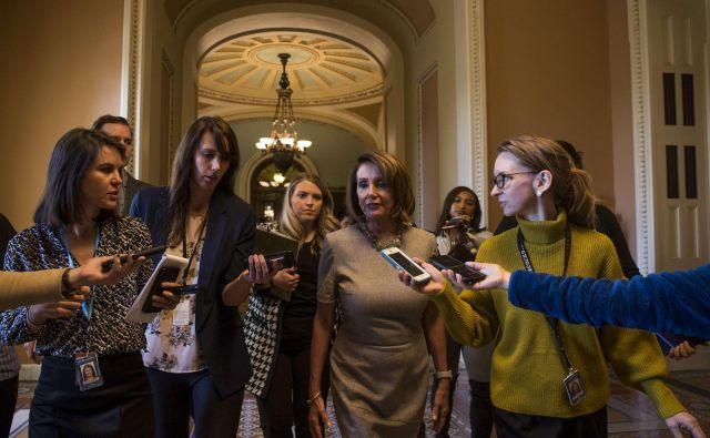Prva poslanska demokratov Nancy Pelosi je predsednika ZDA ugnala v kozji rog. FOTO: AFP