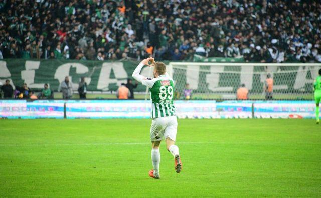 Necj Skubic med navijači Konyaspora ni izjemno priljubljen le zaradi odličnih iger, marveč tudi zaradi pripadnosti do kluba. FOTO: Konyaspor