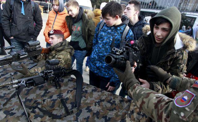 Mladi so na Informativi lahko spoznali tudi vojaški poklic. FOTO: Roman Šipić/Delo