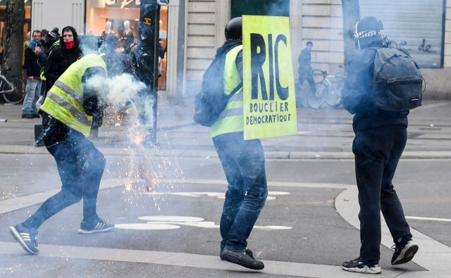 Minulo soboto se je protestov rumenih jopičev po vsej državi po vladnih navedbah zbralo okoli 84.000 ljudi. FOTO: Sebastien Salom Gomis/AFP