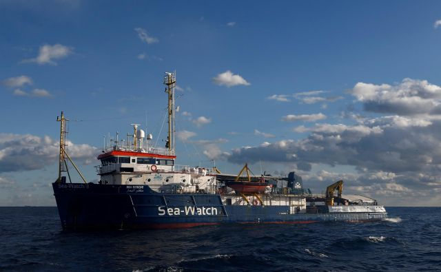 Italijanska vlada že več mesecev zasebnim reševalnim ladjam prepoveduje, da bi priplule v pristanišča. FOTO: Darrin Zammit Lupi/Reuters