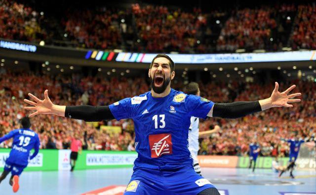 Francoski kapetan Nikola Karabatić se je brona, ki ga je osvojil z golom v zadnji sekundi tekme proti Nemčiji, veselil kot zlata. FOTO: Reuters