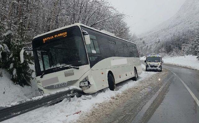 Zaradi posledic zdrsa avtobusa na cesti Hrušica–Mojstrana bo nekaj časa zaprta glavna cesta. FOTO: PU Kranj