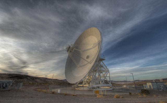 S 34-metrsko anteno Goldstone v kalifornijski puščavi Mojave lovijo signale različnih vesoljskih polovil. FOTO: NASA/JPL-Caltech