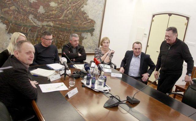 Direktorji in župana o uskladitvi cen gospodarskih javnih služb. FOTO Roman Šipić/Delo