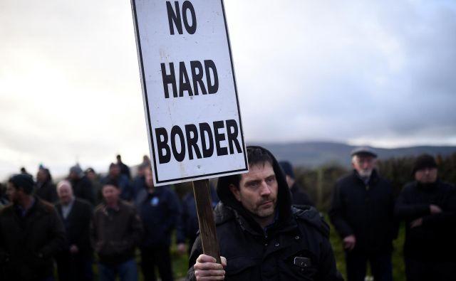 Protest nasprotnikov brexita in vzpostavitve fizične meje v Carrickcarnanu na Irskem. Foto Reuters