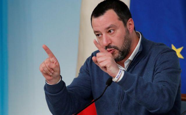 Italijanski notranji minister Matteo Salvini je tvitnil: »Tvegam tri do 15 let zapora, ker sem ustavil prihod nezakonitih priseljencev v Italijo. Sem brez besed.« FOTO: Reuters