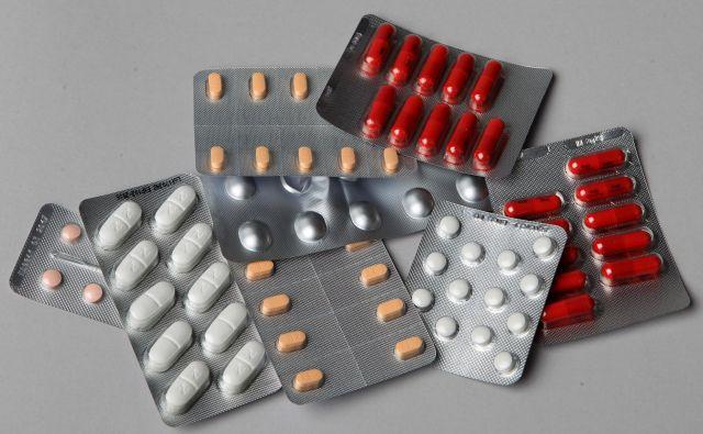 Če se pojavijo zdravstvene težave, je vedno treba pomisliti tudi, ali gre morda za neželeni učinek posameznega zdravila in ali so posledica neželenega medsebojnega delovanja bolnikovih zdravil. Foto Blaz Samec