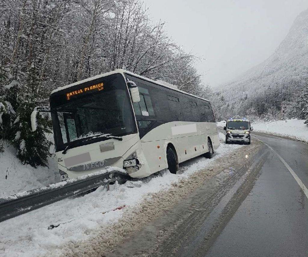 Sneg do nižin, pri Hrušici avtobus zapeljal s ceste