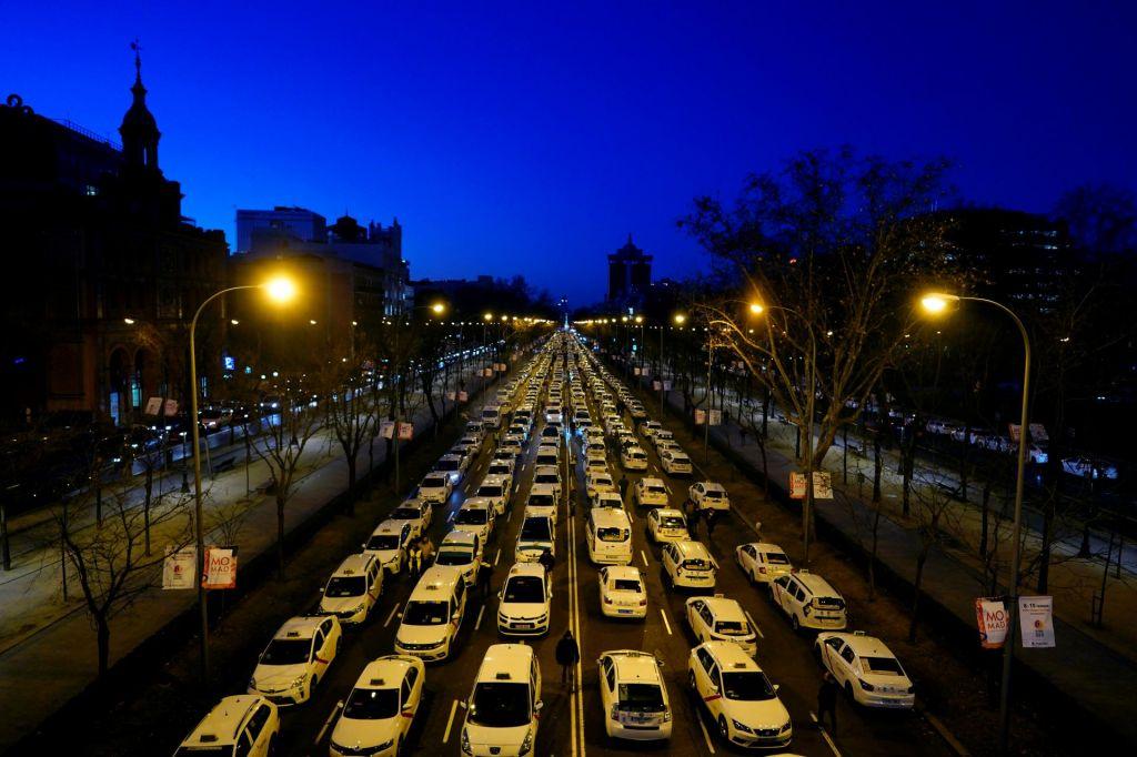 FOTO:Taksisti zaprli eno najbolj prometnih cest v Madridu (VIDEO)