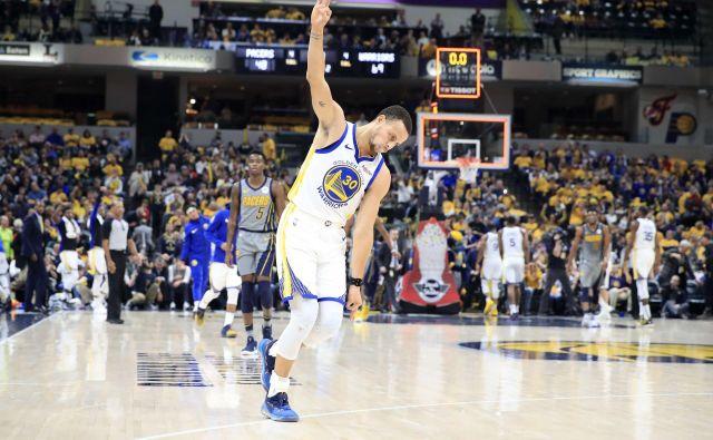 Steph Curry je rešetal mrežico Indiane z meti za tri točke, letos je spet eden najresnejših kandidatov za naziv najbolj koristnega igralca lige (MVP). FOTO: AFP