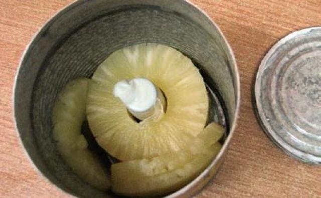 V konzervi ananasa so bila skrita mamila. FOTO: Uiks