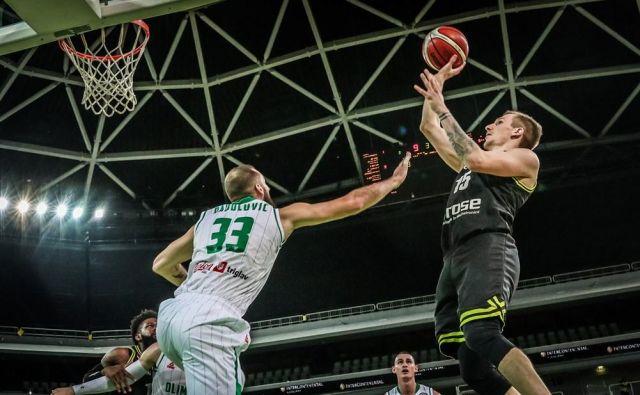 Gregor Hrovat (desno) pričakuje nekdanje soigralce. FOTO: FIBA