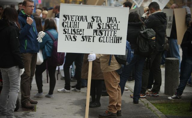 Tako kot država skrbi za slovenski jezik in jezik obeh manjšin, bi morala skrbeti tudi za znakovnega. FOTO: Delo