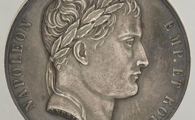 Ustanovitev Ilirskih provinc leta 1809 so francoski osvajalci zaznamovali s spominsko medaljo. Na averzu je upodobljen Napoleon kot imperator in kralj. FOTO: Numizmatični kabinet Narodnega muzeja Slovenije