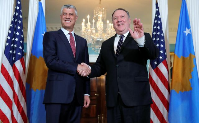 Hashim Thaçi (levo) in ameriški državni sekretar Mike Pompeo sta s stiskom rok potrdila ameriško-kosovsko zavezništvo. FOTO: Jim Young/Reuters