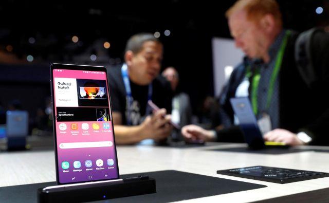 Telekom bo Darsovim uslužbencem nabavil pametne telefone in za posel dobil dobrih 155 tisočakov. FOTO: Reuters