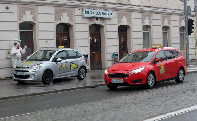 Največ negodovanja med taksisti je zaradi parkiranja pri železniški postaji. Tam parkiranje ni dovoljeno. FOTO: Mavric Pivk/Delo
