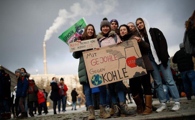 Mladi so v pričakovanju odločitve glede usode premoga v Nemčiji pred gospodarskim ministrstvom v Berlinu demonstrirali tudi s sloganom »S kričanjem proti premogu«. Foto AFP