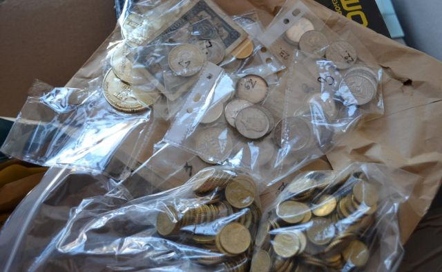 Lastnik je dobil vrnjeno motorno žago in nekaj malega kovancev. FOTO: Tanja Jakše Gazvoda
