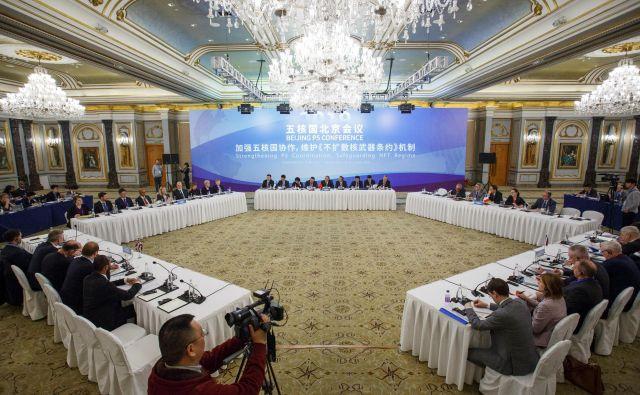 Na dvodnevni jedrski konferenci v Pekingu sodelujejo predstavniki ZDA, Rusije, Kitajske, Velike Britanije in Francije. FOTO: Reuters