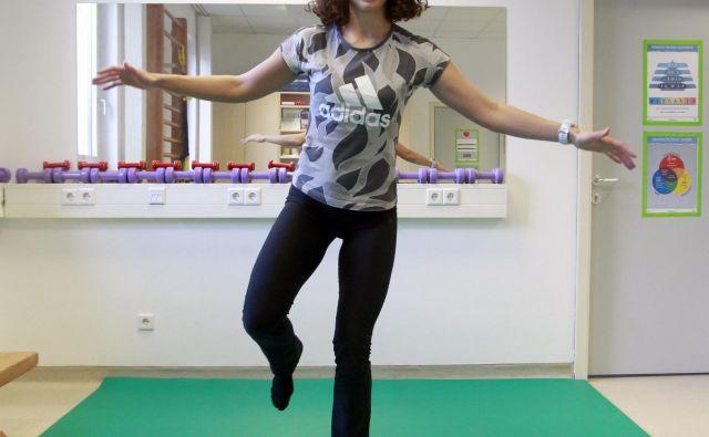 Stoja na ravnotežni plošči/blazini (pokrčeno ali iztegnjeno koleno).FOTO: Roman Šipić/Delo