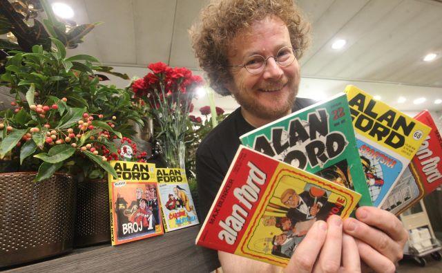 Rok Glavan s svojimi ljubimi stripovskimi junaki – V cvetličarni (na 5. aveniji v New Yorku) se je vse skupaj začelo; tam se je Alan Ford pridružil tajnim agentom skupine TNT in potem s svojimi zgodbami osvojil številne bralce, še vedno pa dobiva privržence tudi med mladimi. Foto Mavric Pivk