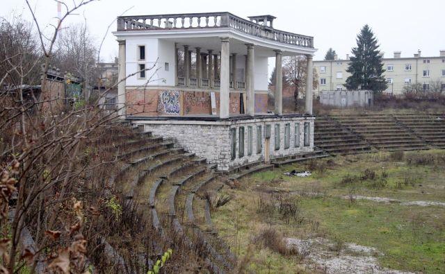 Nadzorniki občini priporočajo, naj skuša najti način za ustavitev propadanja bežigrajskega stadiona. Foto Leon Vidic