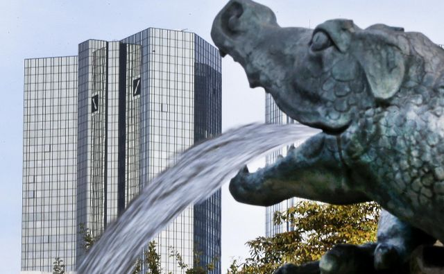 FILE - In this Oct. 11, 2016 file photo, water spills out of a small dragon sculpture on a fountain with the headquarters of the Deutsche Bank in background in Frankfurt, Germany, Deutsche Bank says it is planning a capital increase to raise 8 billion euros (US $8.45 billion). The German lender said in a statement Sunday March 5, 2017 that the capital increase will come through the issuance of up to 687.5 million new shares (AP Photo/Michael Probst,file) Foto Michael Probst Ap
