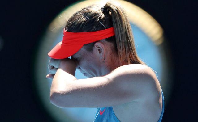 Marija Šarapova je bila prisiljena predati dvoboj osmine finala. FOTO: Lucy Nicholson/Reuters