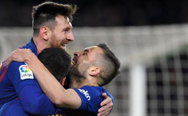 Lionel Messi in Luis Suarez sta z goloma v zadnjih minutah potrdila Bercelonino zmago in napredovanje, Jordi Alba je obakrat podal. FOTO: Lluis Gene/AFP