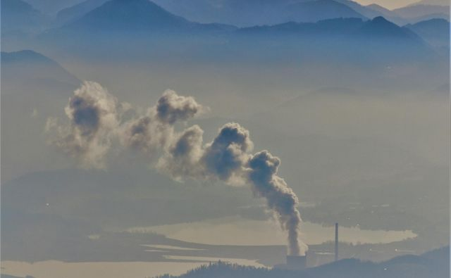 Šaleška dolina z dimniki Termoelektrarne Šoštanj in ugrezninskimi jezeri. FOTO: Brane Piano