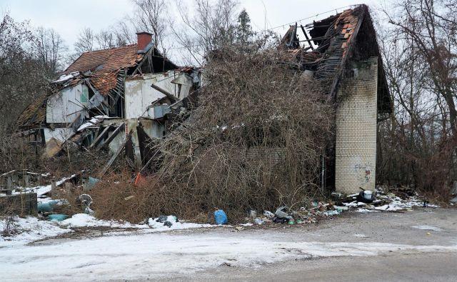 Že zdavnaj zapuščen in propadajoč nekdanji gostinski objekt na Petričku je ponoči dodatno uničil še požar. FOTO: Brane Piano<br />