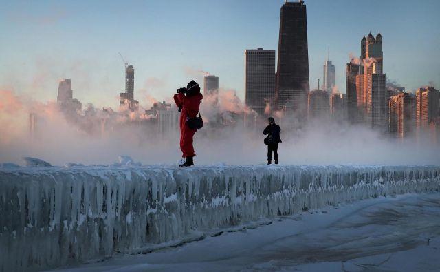 V Čikagu so odpovedali letalske lete, zaprta so ostala vrata podjetij in šol, začasno so zaustavili tudi dostavo pošte. FOTO: Scott Olson/Getty Images/AFP