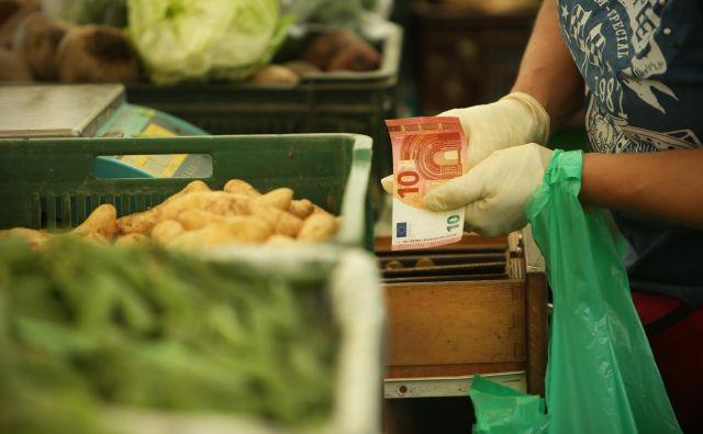Tudi na tržnici se lahko obrestuje pokojninsko privarčevan cekin. Foto Jure Eržen