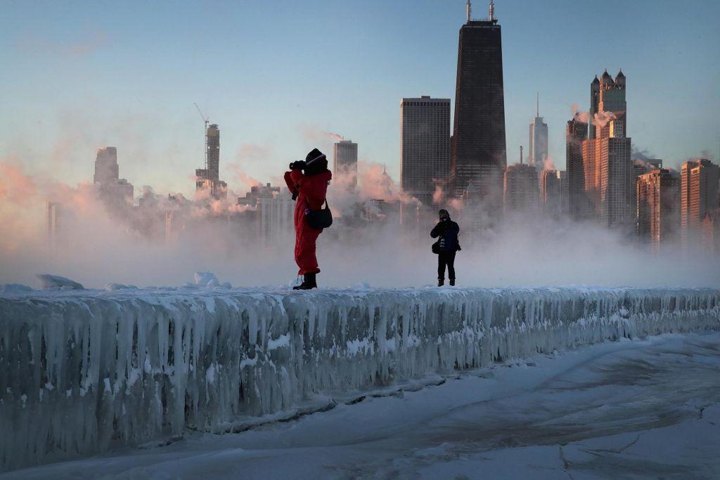 FOTO:V Čikagu temperature blizu rekorda, odpovedali so več kot 1600 letov (VIDEO)
