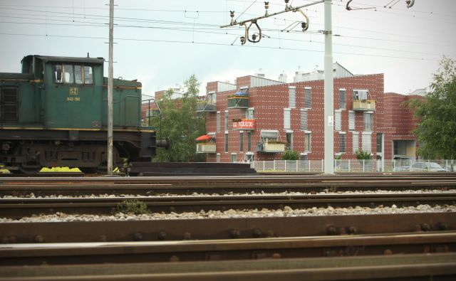 Naselje in stanovanjski bloki ob ranžirni postaji Polje - Zalog kot primer izpostavljenosti hrupu. Foto Jure Erzen/delo