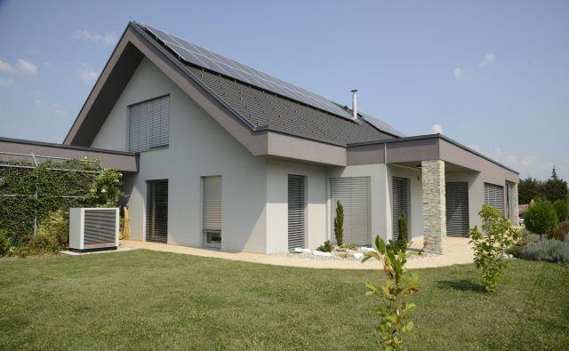 Prostore in toplo vodo v hiši grejejo s hibridno črpalko, ki izrablja toploto zemlje in okoliškega zraka, elektriko za delovanje črpalke in gospodinjstva proizvaja lastna sončna elektrarna. Foto: Kronoterm