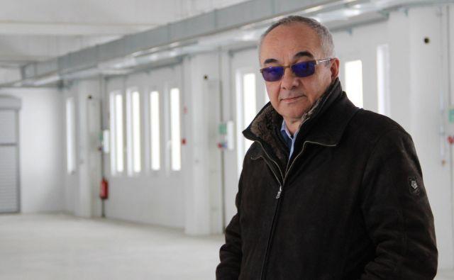 Župan občine Loški Potok Ivan Benčina v proizvodni hali, v kateri namerava podjetje Duriart zagnati proizvodnjo, kjer bi v eni izmeni delo lahko dobilo 50 ljudi. FOTO: Simona Fajfar