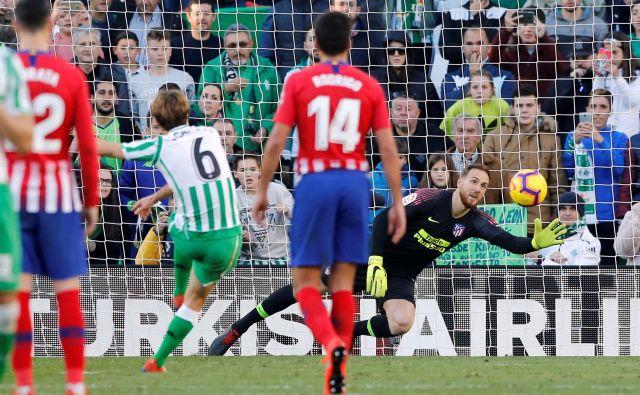 Jan Oblak je prejel najvišjo oceno med gosti, enako kot strelec gola Sergio Canales, ki je takole matiral Škofjeločana z bele točke. FOTO: Reuters
