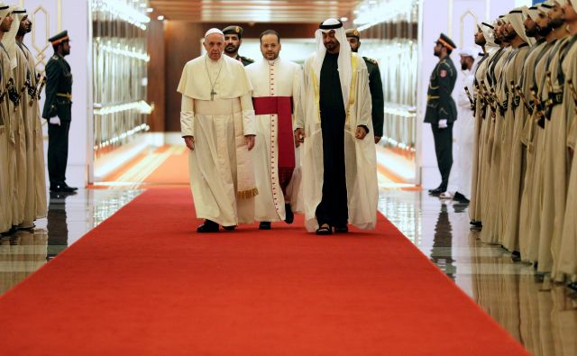 Papežu Frančišku je ob prihodu v Abu Dabi izrekel dobrodošlico princ šejk Mohamed bin Zajed al Nahjan (skrajno desno). FOTO:Andrew Medichini/Pool via Reuters